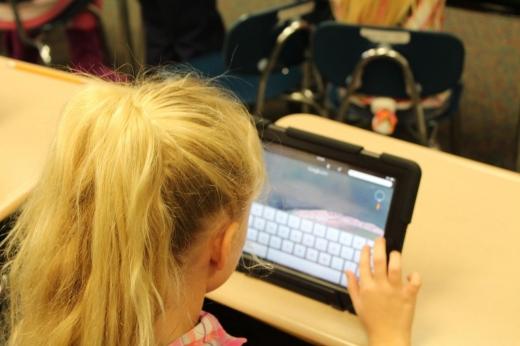 Peste 2.000 de elevi clujeni vor beneficia de tablete pentru educație la distanță