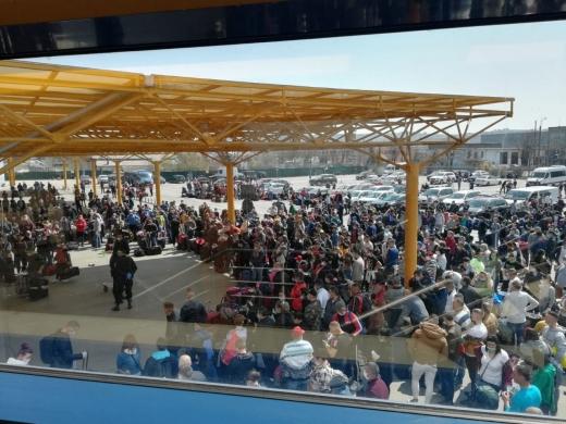 Puhoi de oameni la Aeroportul Cluj. Distanțarea socială nu a fost respectată de sute de muncitori care plecau spre Germania