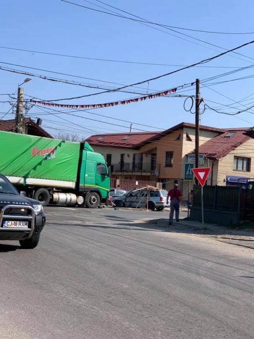 Accident cu un rănit în Gilău. Un șofer a intrat cu mașina într-un TIR