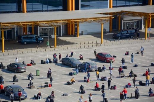 În urma incidentului de ieri, autoritățile au luat măsuri de distanțare a pasagerilor, în parcarea Aeroportului Cluj