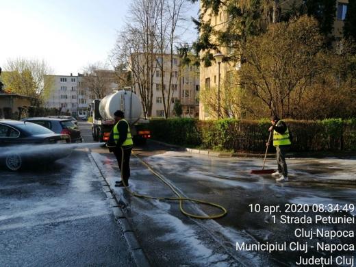 Străzile din Cluj-Napoca, spălate în continuare cu detergent