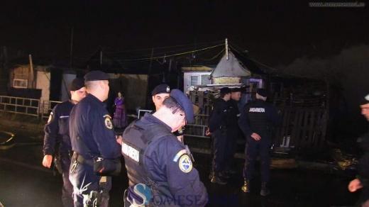 Sursă foto: someseanul.ro Jandarmii au încercat ÎN ZADAR să îi convingă pe romii de pe strada Cantonului să respecte izolarea.