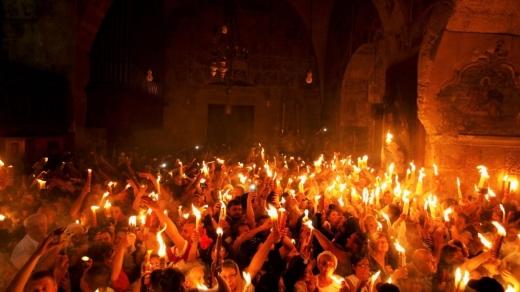 MAI și BOR adună oamenii în plină pandemie de COVID-19 să ia paști și lumină. Există însă preoți care țin la sănătatea enoriașilor!