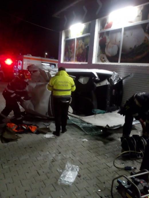 O mașină s-a RĂSTURNAT în Iclod. Șoferul a rămas BLOCAT între scaun și plafon