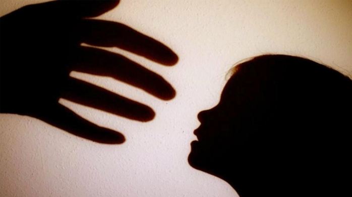PERCHEZIȚII în Huedin, în cazul unui bărbat acuzat că a întreținut ACTE SEXUALE cu minori între 10 și 17 ani