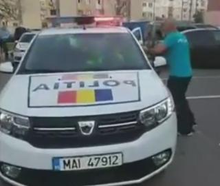 """S-a lăsat cu rețineri după """"războiul civil"""". Polițiștii, atacați cu pietre în plină stradă VIDEO"""