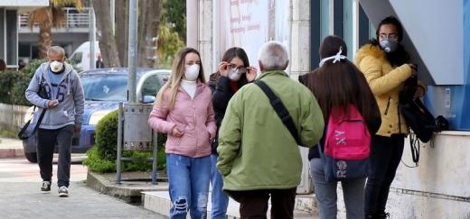 După ridicarea restricțiilor, românii vor fi OBLIGAȚI să poarte mască și mănuși când ies din case