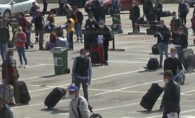 Muncitorii plecați la muncă în Austria de pe Aeroportul Cluj, în IZOLARE. Unul dintre ei are coronavirus, sursă foto: captură video A1