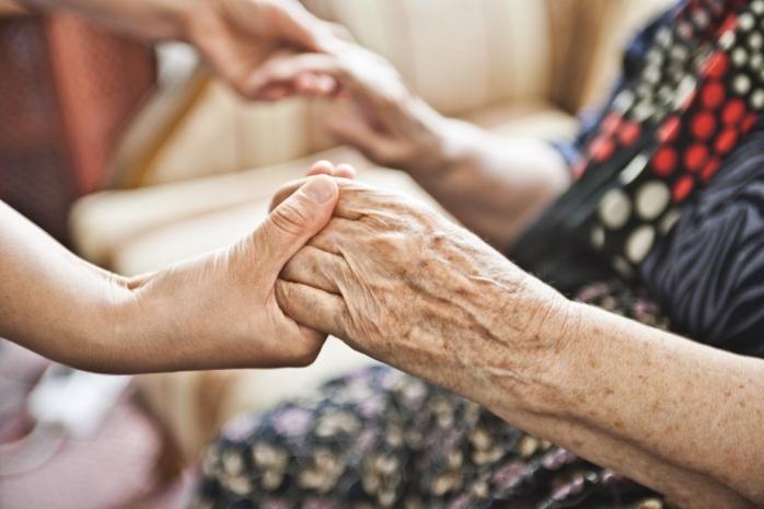 STUDIU. România, după o lună de carantină. 1 din 4 vârstnici au trecut singuri prin izolare