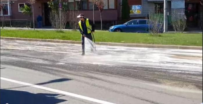 """Spălarea străzilor nu se face corect? """"Muncitori, fără măști de protecție, cu un furtun obosit, întind praful pe străzile Clujului""""."""