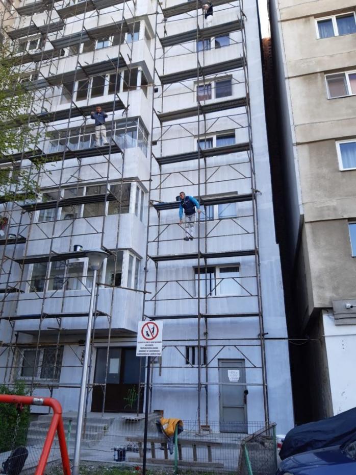 În plină pandemie de COVID-19 la Cluj-Napoca se izolează blocuri fără nicio măsură de precauţie