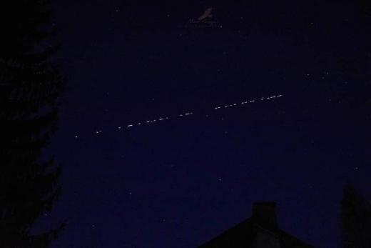 Imagini inedite. Șir de sateliți StarLink, vizibil pe cerul Clujului