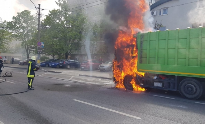 O mașină de gunoi A LUAT FOC, în Cluj