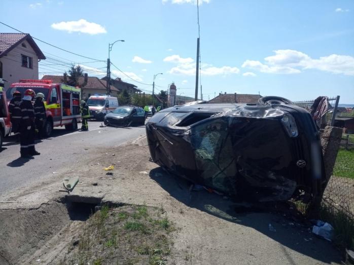 VIDEO. Mașină răsturnată pe o stradă din Apahida. Două femei au primit prim-ajutor