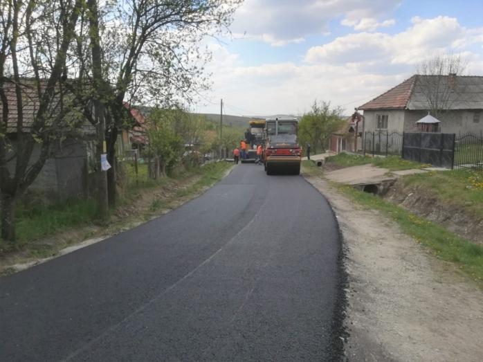 Asta da performanță! Ieri doar se pregăteau, azi au terminat deja asfaltarea drumului județean, sursă foto: CJ Cluj