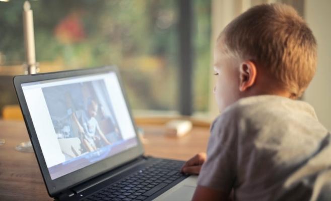 Jumătate din elevii maghiari din Transilvania NU au acces la învățământul digital