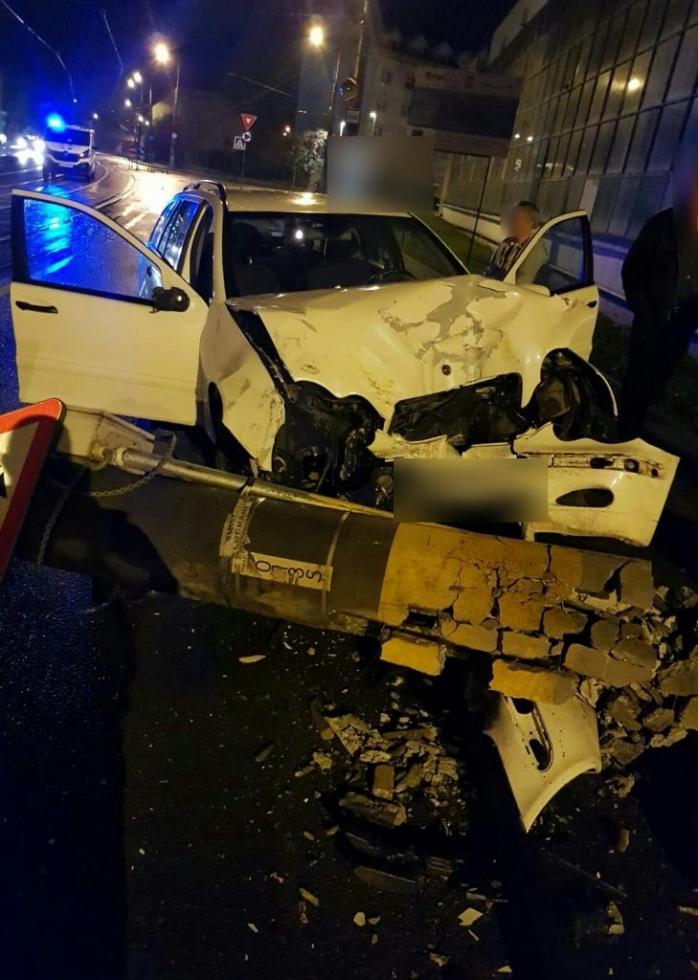 ACCIDENT pe strada Oașului. A intrat cu mașina într-un stâlp