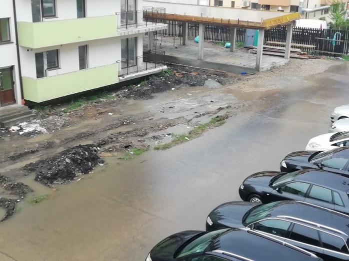 O amărâtă de ploaie de vară a revărsat canalizarea din Florești