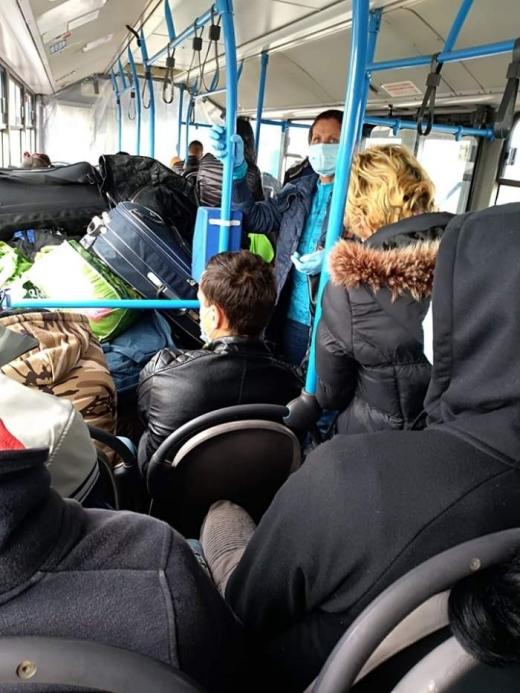 Înghesuiți până la refuz, în plină pandemie. 70 de români au ajuns în Cluj din Germania, într-un autobuz plin ochi