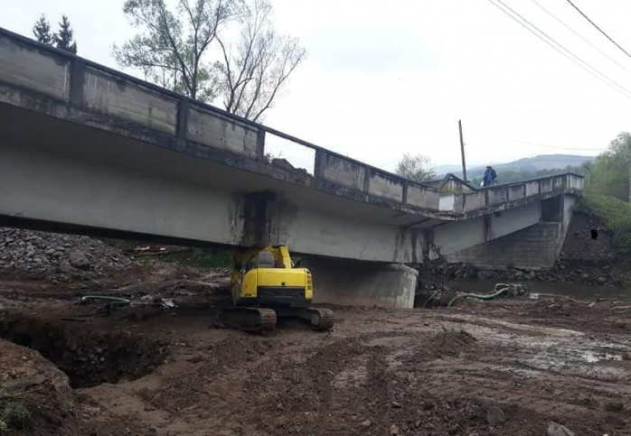 Podul de la Valea Drăganului s-a SURPAT din cauza unor lucrări de consolidare!