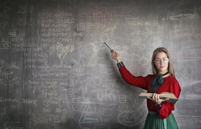 Bani mai mulți pentru dascăli! Profesorii ar putea primi anual două salarii minime brute, iar cei care sunt titulari în mediul rural trei