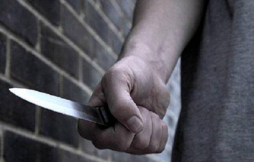 Un bărbat și-a bătut sora și a tăiat-o cu un cuțit, după care l-a lovit și pe iubitul femeii