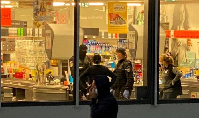 Bataie cu săbii şi bâte în faţa unui super market. Armata şi jandarmii au intervenit în forţă