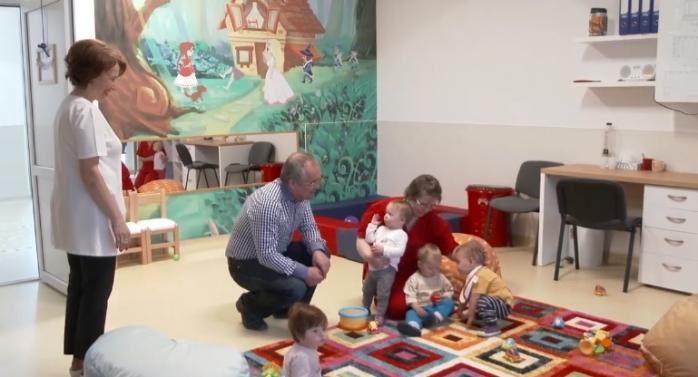 Veste excelentă pentru părinți! Când și în ce condiții pot apela la ajutor pentru plata bonelor?, sursă foto: Facebook Emil Boc