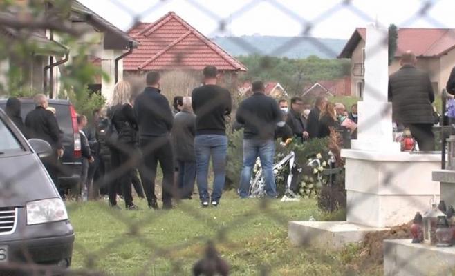 Înmormântare cu ZECI de persoane, printre care și MAGISTRAȚI, în plină pandemie de coronavirus