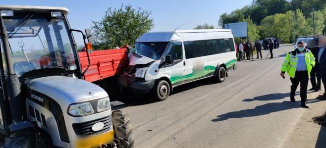 ACCIDENT la Jucu. Un microbuz cu 16 persoane a lovit un tractor