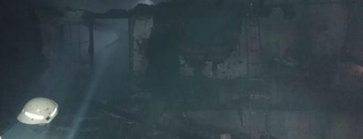 Casă mistuită de flăcări într-o localitate din Cluj. O femeie a ajuns la spital cu arsuri