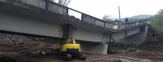 """Podul de la Valea Drăganului era """"pericol public"""". Primarul din Poieni: """"Vibra de-ți săreau plombele"""""""
