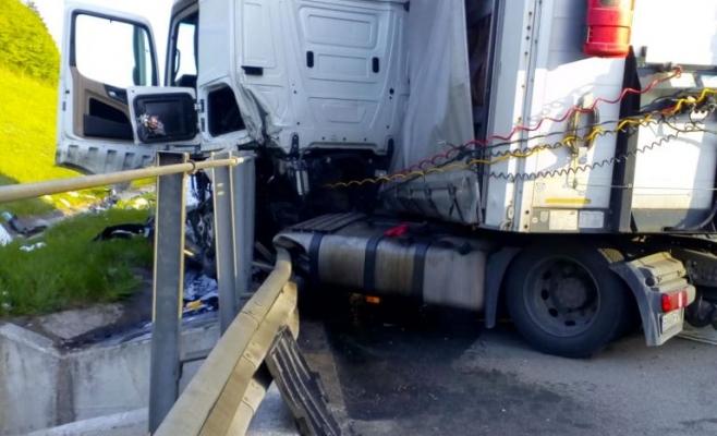 Accident pe Autostrada Transilvania. Un TIR a intrat în balustradă