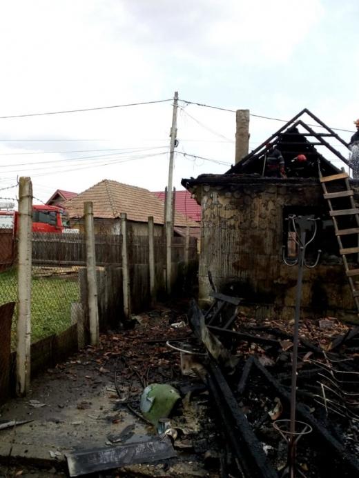Incendiu la o casă din Iclod. Materiale combustibile au fost depozitate în apropierea sobei