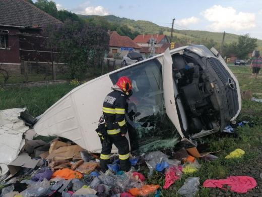 Un accident grav de circulație a avut loc vineri seară într-un sat din județul Cluj. Mașina unui șofer care nu s-a asigurat când a trecut calea ferată a fost spulberată din plin de un tren.