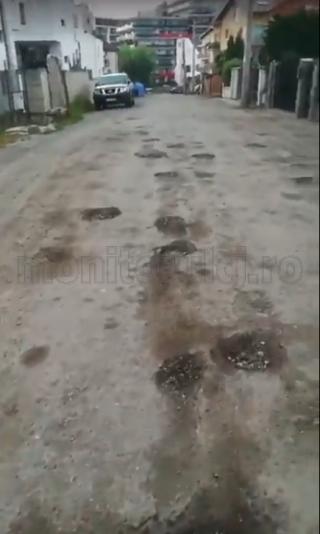 Strada Mozart, uitată în continuare de autorități. Localnicii se plâng că își rup mașinile. VIDEO