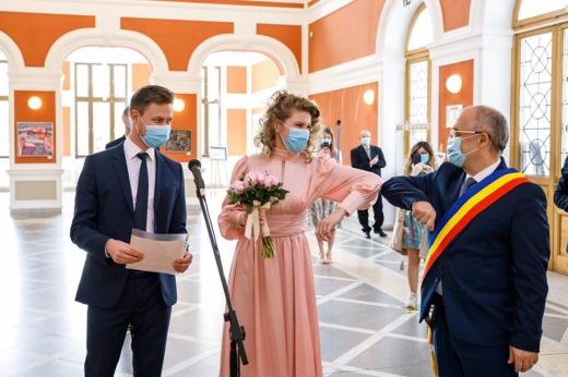 7 cupluri s-au căsătorit astăzi la Cluj-Napoca. Ce reguli au urmat tinerii însurați