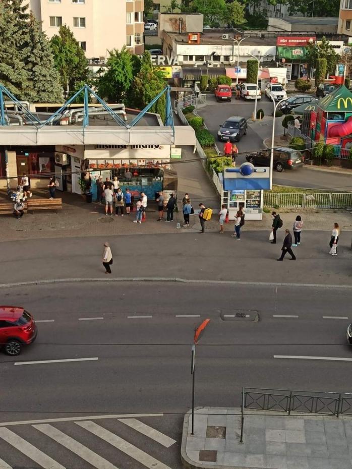 Clujenii au făcut coadă și la shaorma după ce s-au înghesuit la Pepco