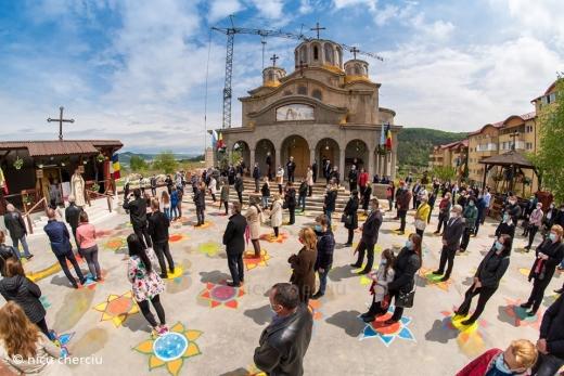 Foto: Nicu Cherciu / Curtea unei biserici din județul Cluj, desenată pentru ca oamenii să respecte distanțarea socială