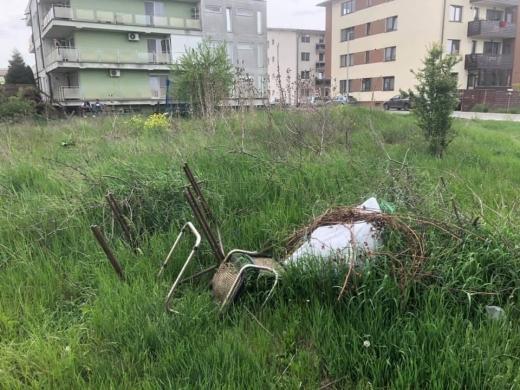 FOTO. Florești, o groapă de gunoi. Oamenii aruncă tot ce prind pe spațiul public: scaune, saltele, frigidere