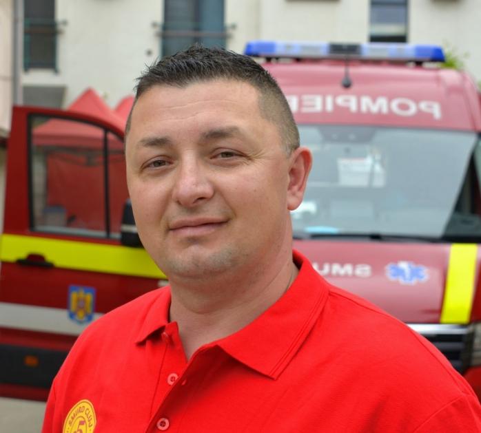 EI, CEI DIN LINIA ÎNTÂI. Alin Mureșan, pompierul care are grijă ca ambulanțele SMURD sunt dezinfectate - FOTO