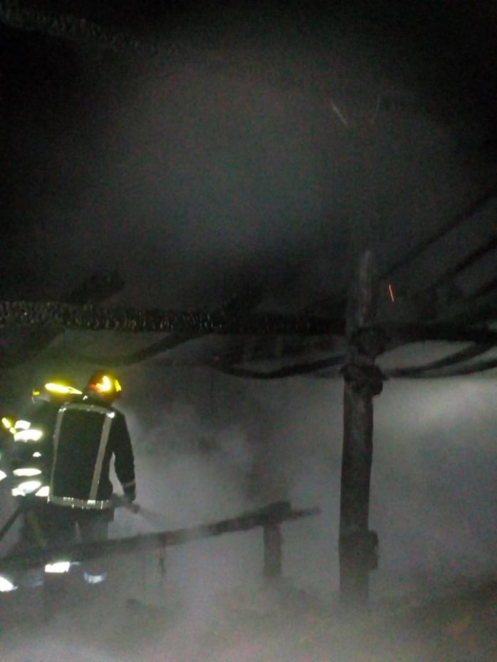 Un grajd s-a făcut scrum, într-o localitate din Cluj. Pompierii suspectează că ar fi fost incendiat intenționat