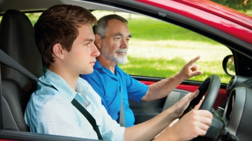 Ce se întâmplă dacă îți lași copilul să conducă înainte să aibă permis? Răspunsul polițiștilor