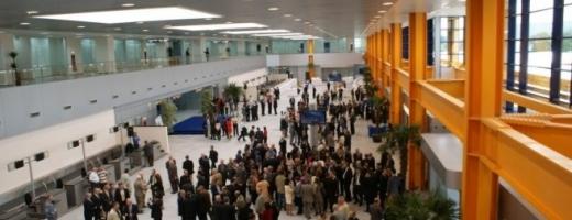 Un avion cu peste 100 de muncitori români din Germania va ateriza la Cluj
