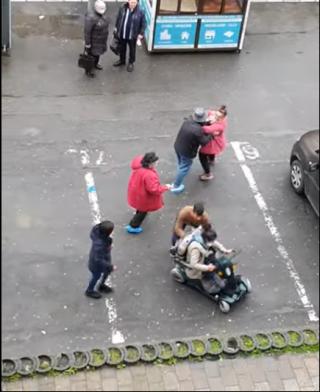 VIDEO. IMAGINI INCREDBILE ÎN CLUJ! O femeie cu handicap, bătută și răsturnată dintr-un scaun special pentru persoane cu dizabilități