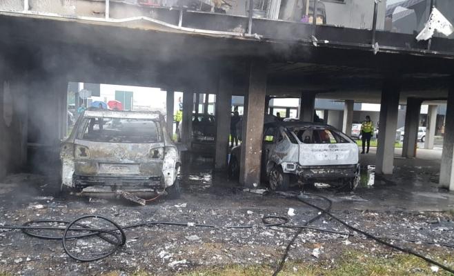 INCENDIU PUTERNIC! Două mașini și un bloc au luat foc langă Cluj-Napoca