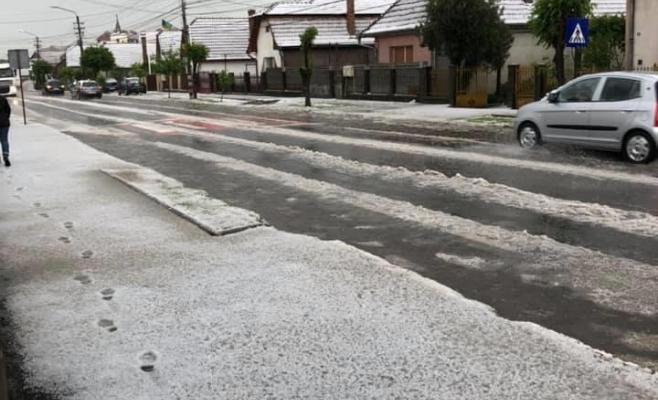 Fenomen meteo extrem în Câmpia Turzii! O ploaie cu gheaţă a adus un decor de iarnă