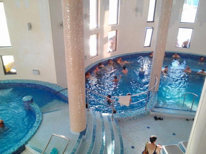Stațiunile balneare au început să se deschidă. Se răspândește COVID-19 prin scăldatul în piscină?