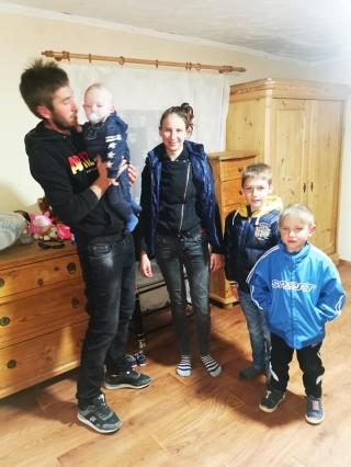 Miracole în județul Cluj! O familie cu trei copii a primit o casă de la oameni cu suflet mare