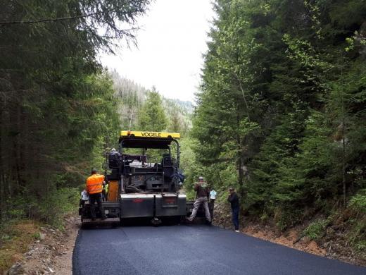 in-sfarsit-bucurie-pentru-iubitorii-de-munte-se-vede-asfaltul-pe-un-drum-judetean-turistic